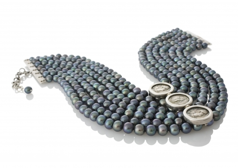 Многоредно колие от черни естествени перли и три сребърни монети Фаустина Млада