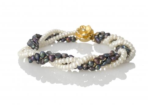 Нежна гривна от бели и черни естествени перли