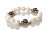 Гривна от сребро и бели и черни, естествени перли