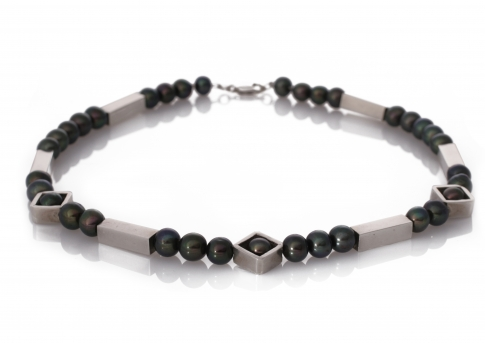 Колие от естстествени, черни перли и сребърни елементи