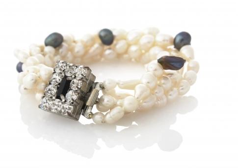Усукана гривна от бели и черни, естествени перли
