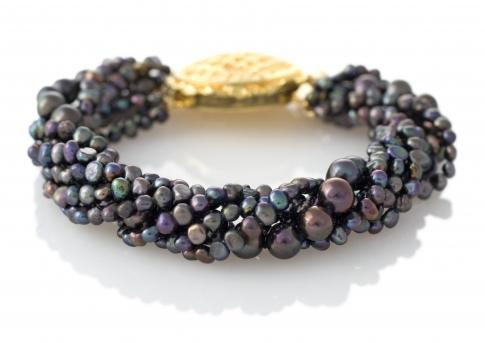Стилна гривна от черни, естествени перли