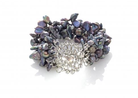 Красива гривна от естествени, черни перли в различна форма