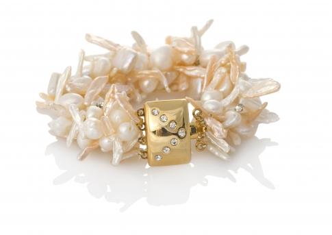 Гривна от бели и розови, естествени перли с редки форми