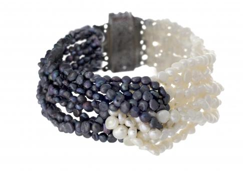 Стилна гривна от бели и черни, естествени перли