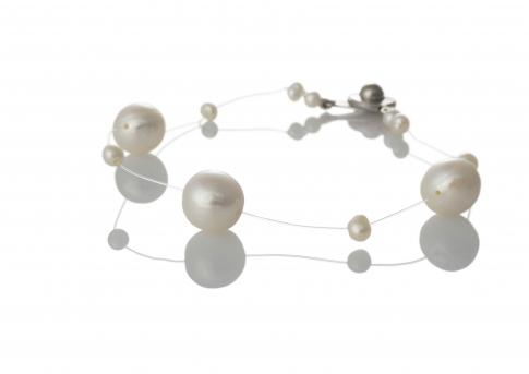 Красива гривна от естествени, бели перли