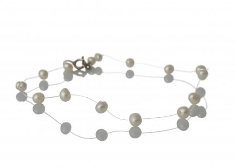 Нежна гривна от дребни, бели, естествени перли