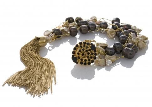 Гривна от черни и златни, естествени перли на сърмен конец