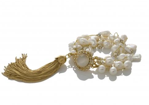 Гривна от естествени, бели перли на сърмен конец