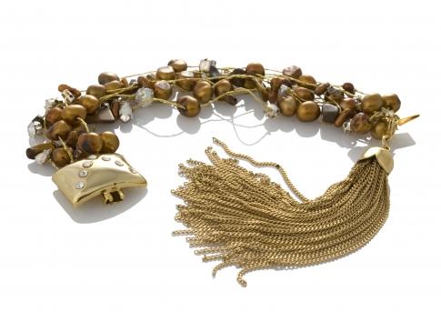 Гривна от естествени, кафяви перли на сърмен конец