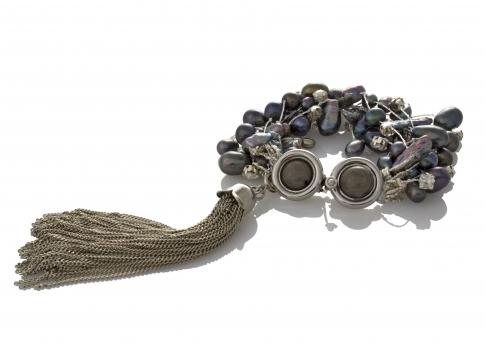 Гривна от естествени, черни перли на сърмен конец