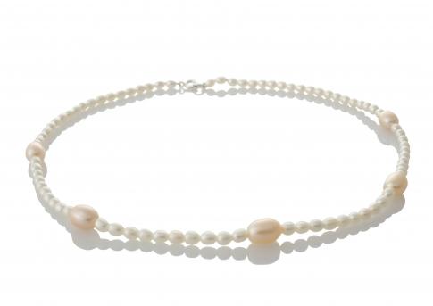 Колие от естествени перли в комбинация от цветовете бял и оранж