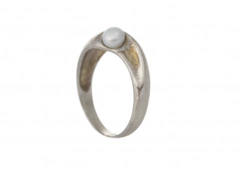 Фин и нежен сребърен пръстен с естествена перла