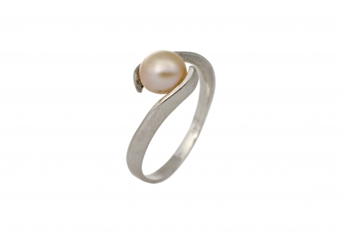 Сребърен пръстен с карасива естествена бяла перла