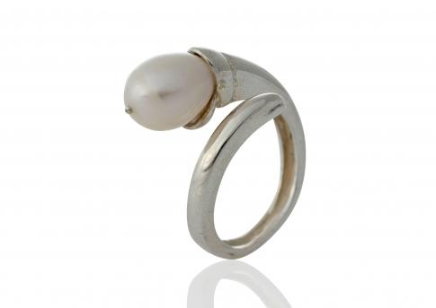 Сребърен пръстен с красива, бяла, овална, естествена перла