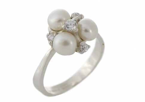 Елегантен сребърен пръстен с бели естествени перли и цирконии