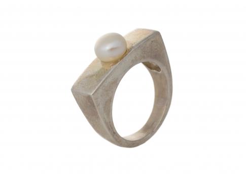 Пръстен от сребро и нежна, бяла, естествена перла