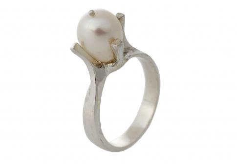 Класически сребърен пръстен с изящна естествена перла в овална фомра