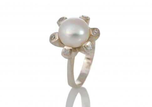 Сребърен пръстен с циркони и едра, бяла, естествена перла