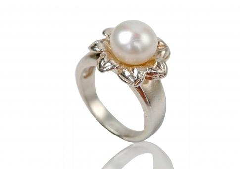 Сребърен пръстен с едра бяла естествена перла