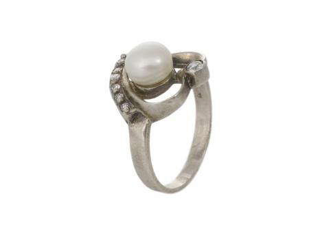 Сребърен пръстен във форма на нежно сърце и естесвена бяла перла