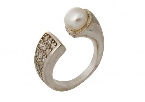 Сребърен пръстен с цирконии и бяла естествена перла