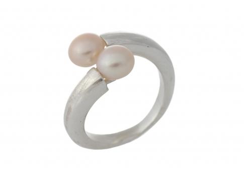 Изчистен и модерен сребърен пръстен с естествени перли
