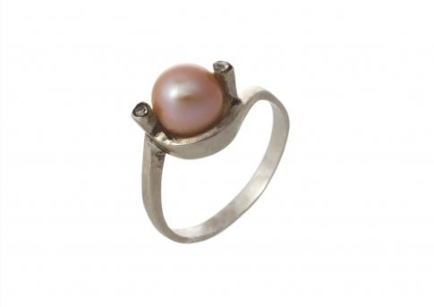 Деликатен пръстен от сребро и красива естесвена перла