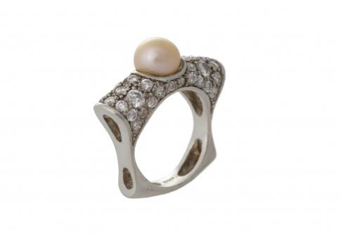 Масивен сребърен пръстен с нежна естествена перла и камъни