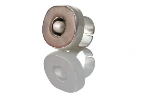 Ефектен масивен сребърен пръстен с естествена перла и розов кварц