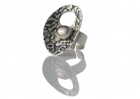 Дизайнерски пръстен от масивно сребро и красива естествена перла