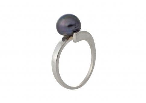 Изтънчен пръстен в сребро и блестяща естествена перла