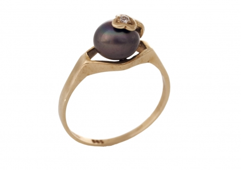 Нежен и елегантен златен пръстен с естествена перла