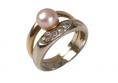 Красив златен пръстен с естествена перла и камъни