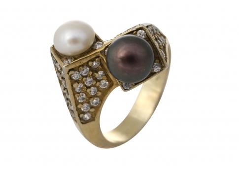 Екстравагантен златен пръстен допълнен с естествени перли и камъни