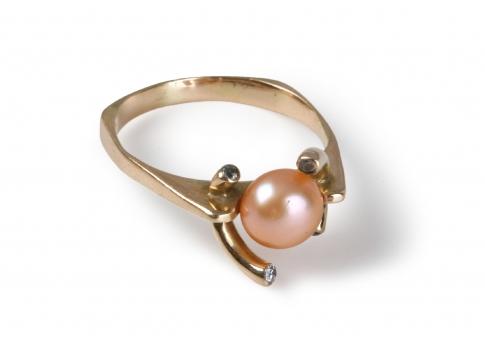 Дискретен и нежен златен пръстен с блестяща естествена перла