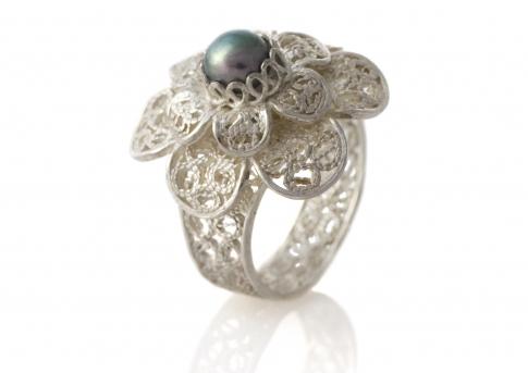 Красив пръстен от сребърен филигран и елегантнта естествена перла