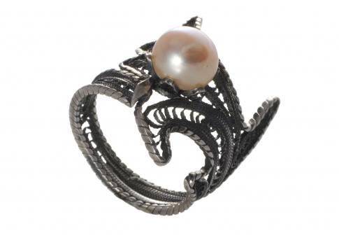 Патиниран пръстен от сребърен филигран в комбинация с естествена перла