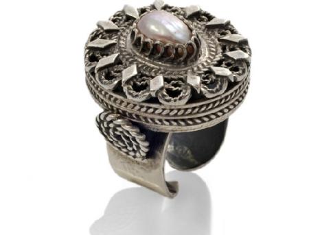 Величествен пръстен от сребърен филигран и естествена перла