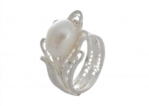 Ефирен пръстен от сребърен филигран с нежна естествена перла