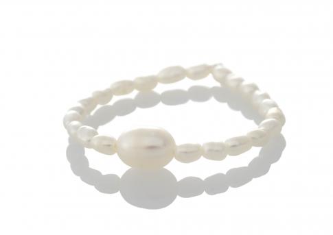 Нежен пръстен с бели, естествени перли