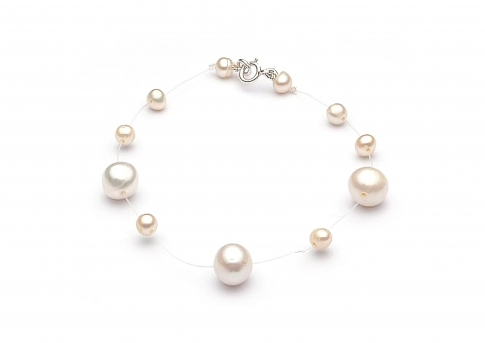Гривна на корда с редуващи се големи и малки бели перли