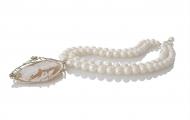Уникално класичско колие от перфектни бели перли и брожка с камея