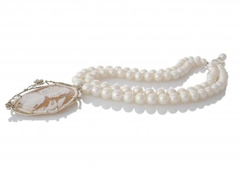 Уникално класическо колие от перфектни бели перли и брошка с камея