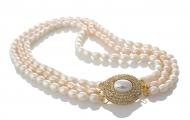 Стилно бижу от три наниза овални перли в прасковен и бял цвят