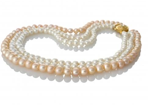 Нежно съчетание на естествени перли в бял и прасковен цвят