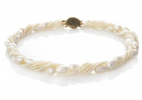 Красиво усукано колие от дребни и едри бели естествени перли