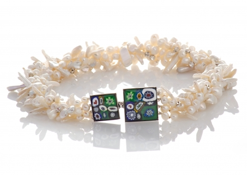 Красиво колие от бели, естествени перли и муранско стъкло