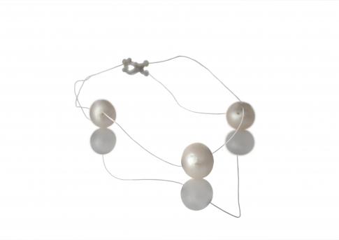 Три изящтни естествени бели  перли на бижутерска корда