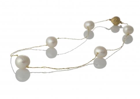 Пет красиви, бели, естествени перли на сърмен конец